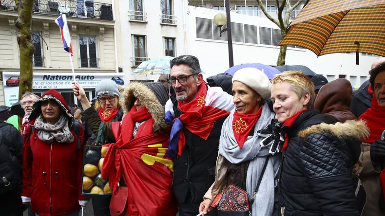 Les Foulards rouges font leur retour pour dire «stop» aux Giletsjaunes