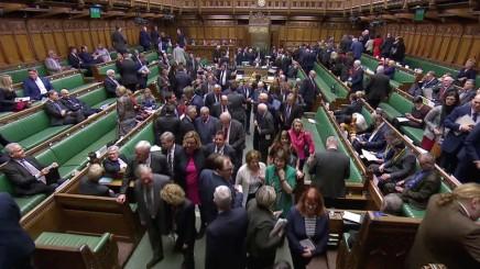 Les députés britanniques excluent un Brexit sans accord avec l'Unioneuropéenne