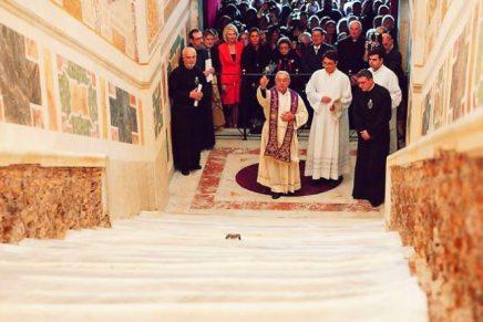 Juste à temps pour Pâques, le Vatican déploie une autre idole à Rome pour que les fidèles catholiques l'adorent àgenoux