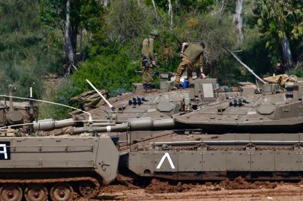 Gaza: L'armée vise des positions stratégiques des groupes terroristes et déploie des blindés à lafrontière