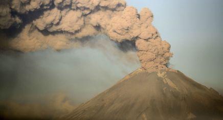 Un volcan entre en éruption au Mexique, dégageant une colonne de fumée d'1,6 km dehauteur