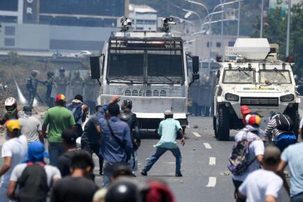 Au Venezuela les blindés foncent et roulent sur lesmanifestants