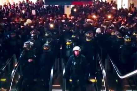 Des centaines de migrants musulmans illégaux d'Afrique prennent d'assaut l'aéroport Charles de Gaule à Paris en criant «La France n'appartient pas aux français!»