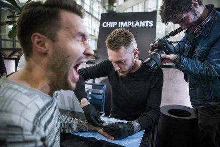Les Suédois se font poser des implants pour remplacer l'argent liquide et les cartes decrédit
