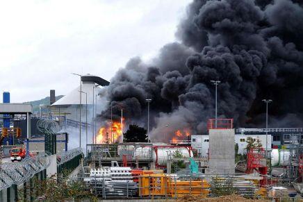 «Une pluie noire», «il pleut de l'essence» : les conséquences de l'incendie deRouen