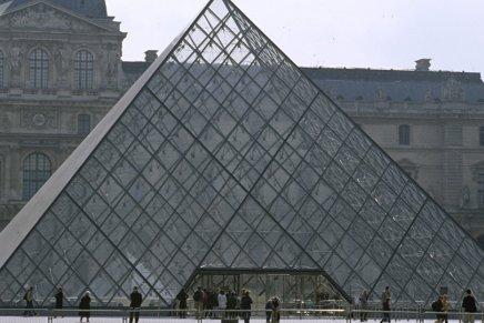 Un militant d'Extinction Rebellion grimpe sur la pyramide du Louvre pour y planter undrapeau