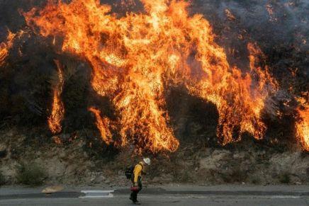 Incendies près de Los Angeles: 2 morts, 100.000évacuations