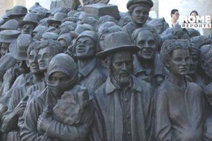Le pape dévoile une sculpture de réfugiés sur la place Saint-Pierre, y compris d'unHassid